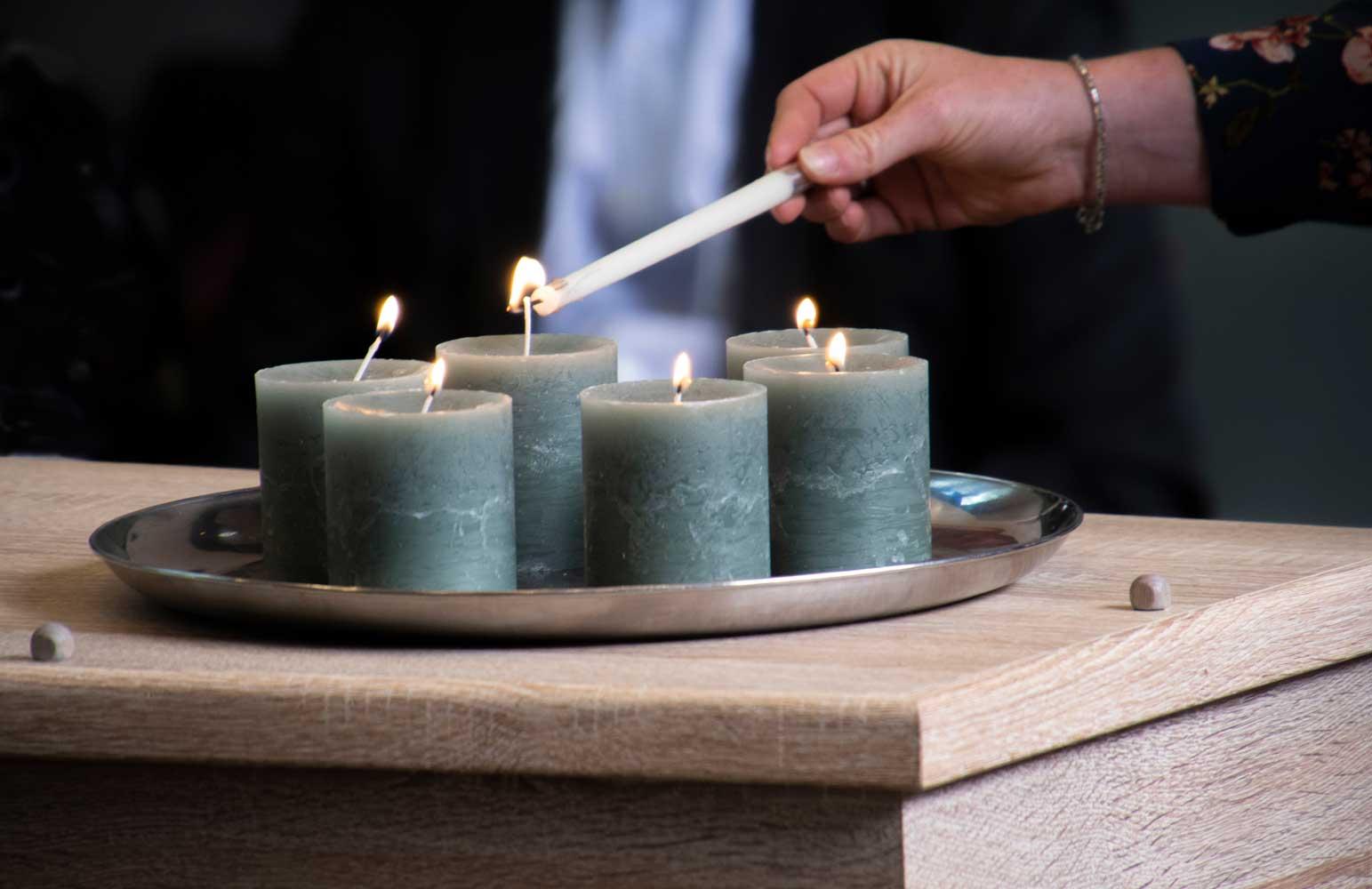 Kaarsen aansteken tijdens uitvaart